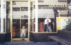 Marie Oster vor der Columbus Apotheke - 1995